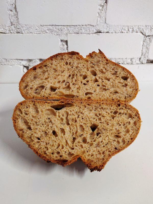 Niujorko ruginė duona su kmynais (perpjautas kepalas)